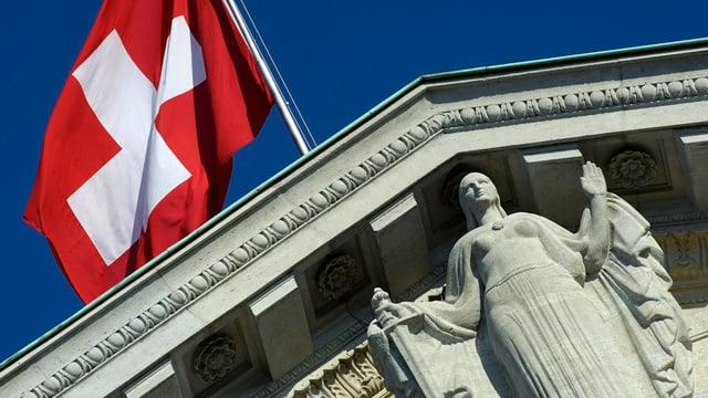 Schweizerfahne über dem Bundesgericht in Lausanne