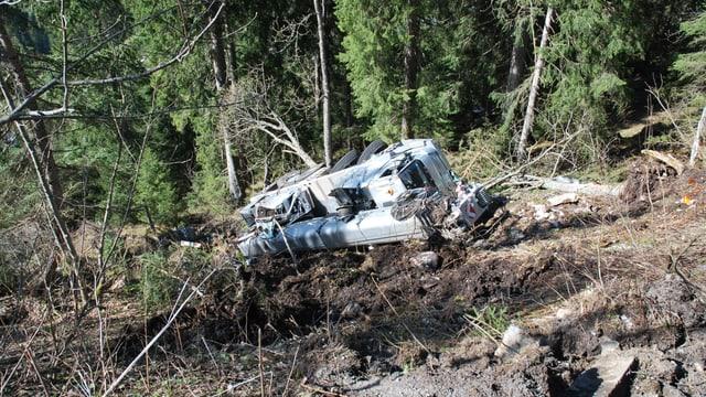 Zerstörter Kranwagen im Wald