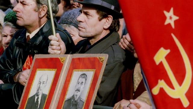 Männer mit einer sowjetischen Fahne.