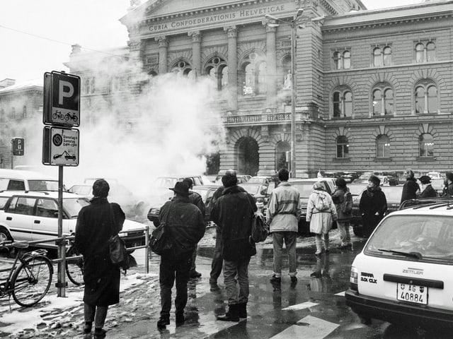 Tränengas liegt über dem Bundesplatz in Bern. (keystone)