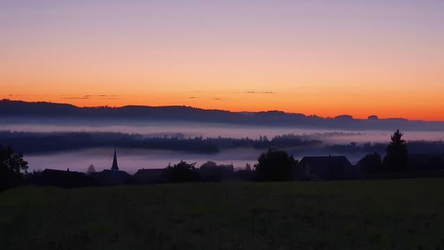 Schönes Morgenrot über den Hügelzügen und Bodennebelfelder im Thurtal.