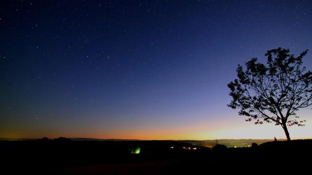 Blick von Liebewil/BE in den dunklen Himmel mit etwas Licht am Horizont