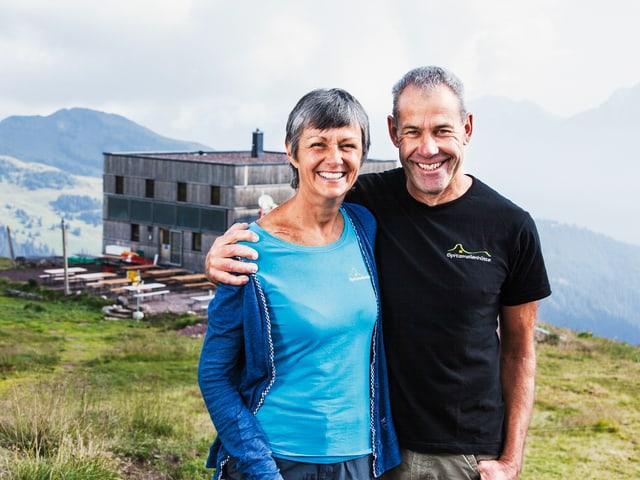 Anna-Barbara Kayser und Paul Buchmann vor der Hütte.