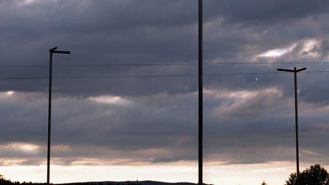 Ein Baugespann vor einem bewölkten Himmel.