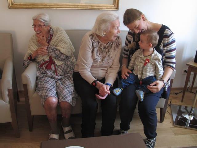 Gegenseitiges Staunen beim Besuch der Kita-Kinder im 2. Stock bei den Senioren.