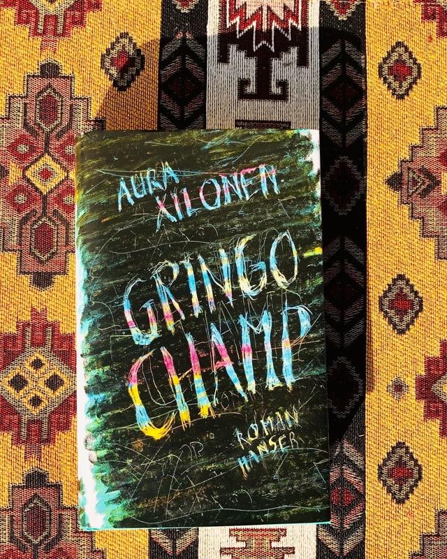 «Gringo Champ» von Aura Xilonen liegt auf einer typisch mexikanisch gemusterten Decke.