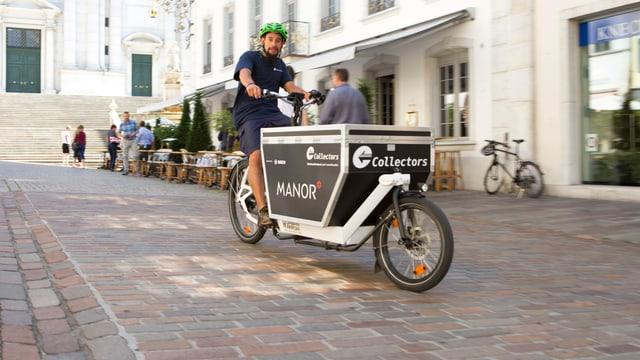 Ein Fahrradkurier fährt durch die Stadt Solothurn.