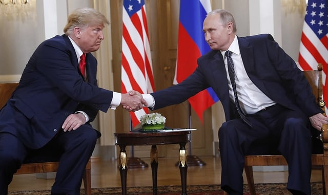 Zwei Männer geben sich die Hand.