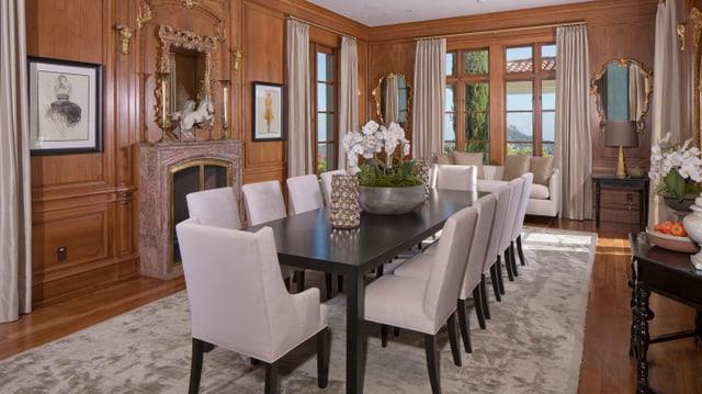 Ein Blick ins Esszimmer von Heidi Klums Villa. Es dominieren schwarze Holzmöbel und ein Parkettboden.