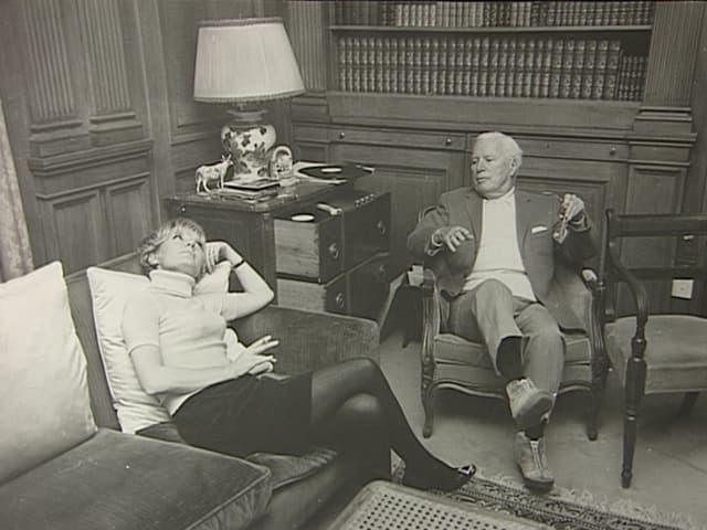 Eine Frau und ein Mann in einem Aufenthaltsraum eines Hotels.