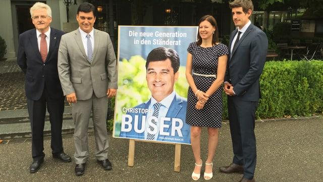 Die Parteipräsidenten der Baselbieter Bürgerlichen und Christoph Buser vor dessen Wahlplakat.