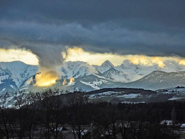 Wolke vor Bergen