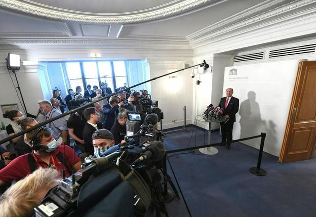 Viele Menschen auf engem Raum an Medienkonferenz