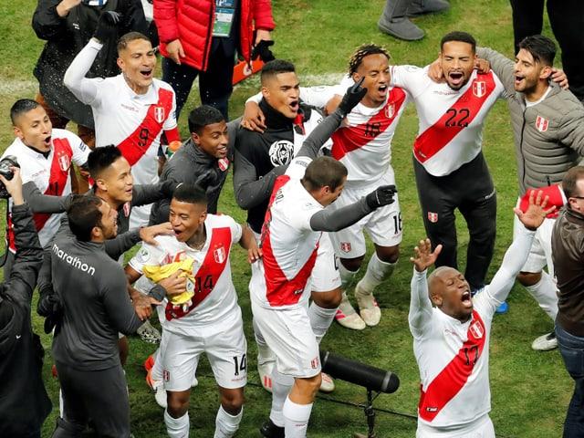 Die Peruaner feiern.
