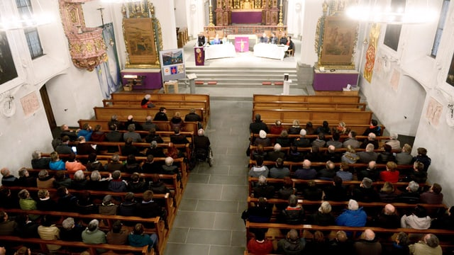 Eine Kirche mit viel Leuten