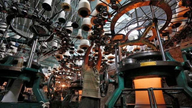 Mann in einer Kleiderfabrik