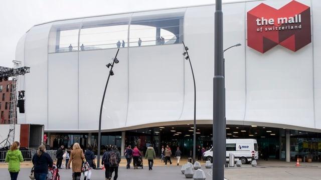 Menschen vor Einkaufszentrum