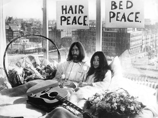 Ono und Lennon im Bett.