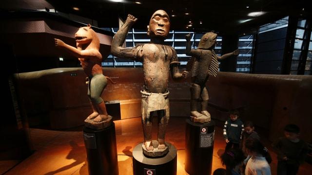 drei Statuen im Museum