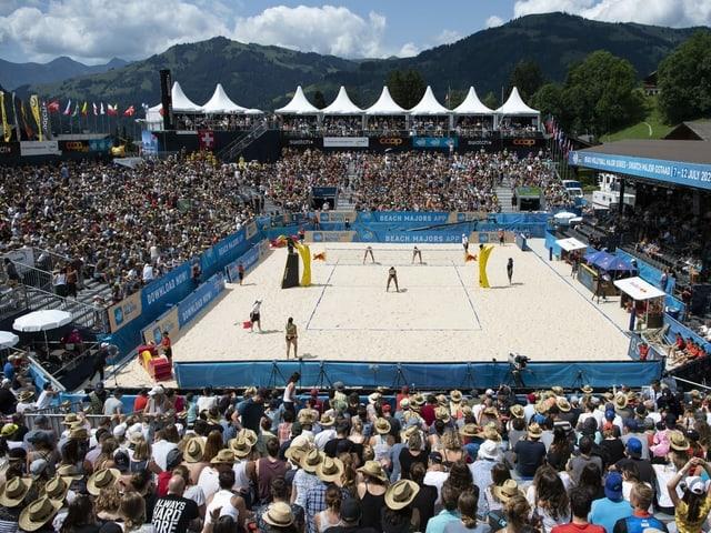 Volles Stadion beim Beachvolleyball-Event in Gstaad