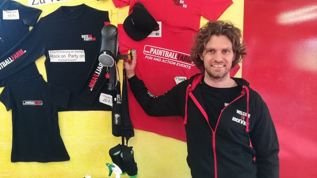Adrian Baumann vor T-Shirts