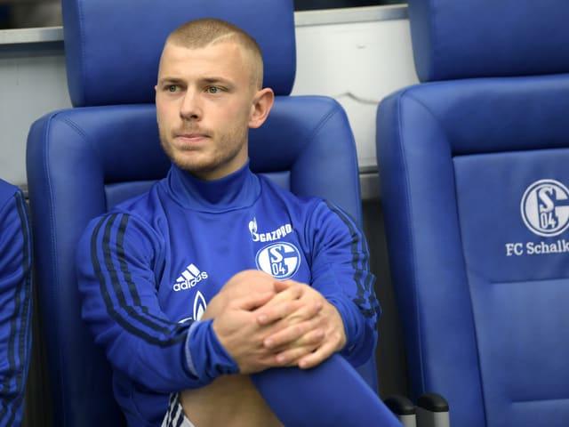 Max Meyer sitzt auf der Ersatzbank.