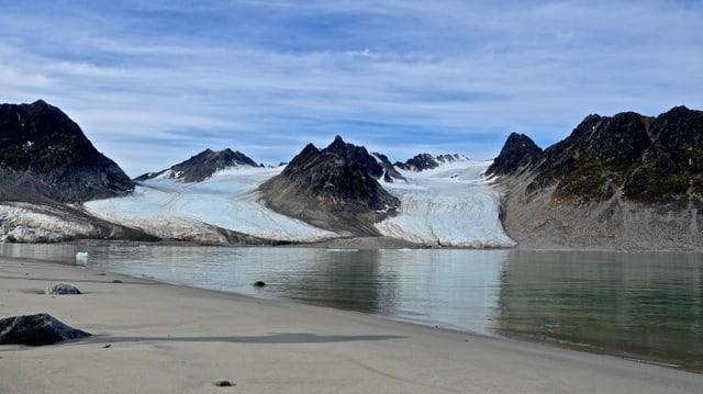 Blick auf 2 Gletscherarme in einer Bucht auf Spitzbergen.