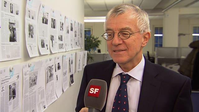 Felix E. Müller in der Zeitungsredaktion.