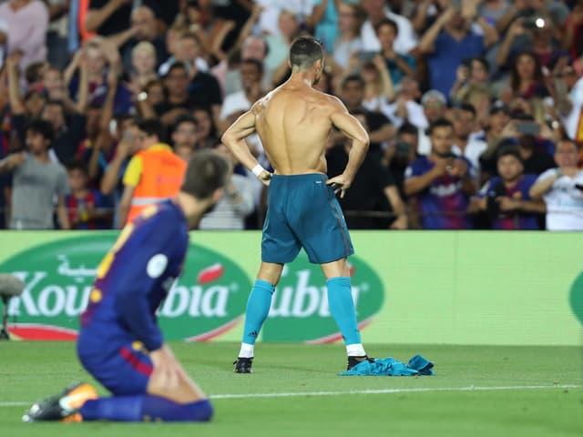 Cristiano Ronaldo feiert im Camp Nou mit entblösstem Oberkörper einen Treffer.