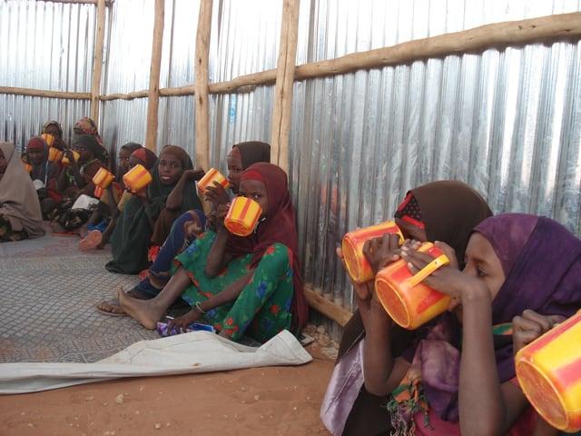 Kinder und Jugendliche erhalten in der Regel 2 Mahlzeiten pro Tag. Erwachsene eine. Der Mindestbedarf beträgt 2100 Kalorien pro Tag. Viele Flüchtlinge müssen aber mit weniger auskommen.