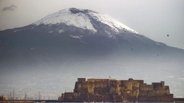 Grosser Vulkan, der Vesuv, hinter Neapel.