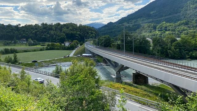 Autostrada A13 cun las duas punts da fier da la viafier retica.