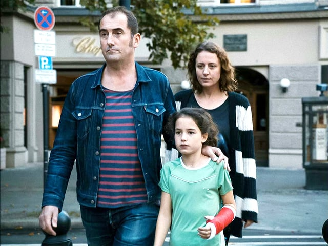 Filmszene mit Phil Hayes, Maren Eggert und Anaïa Zapp in «Der traumhafte Weg».