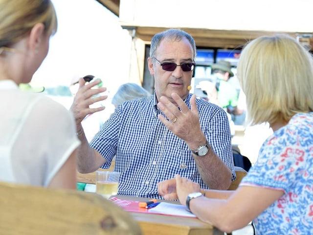 Guy Parmelin in Sommerkleidung im Gespräch mit Sonja Hasler und Francine Jordi.
