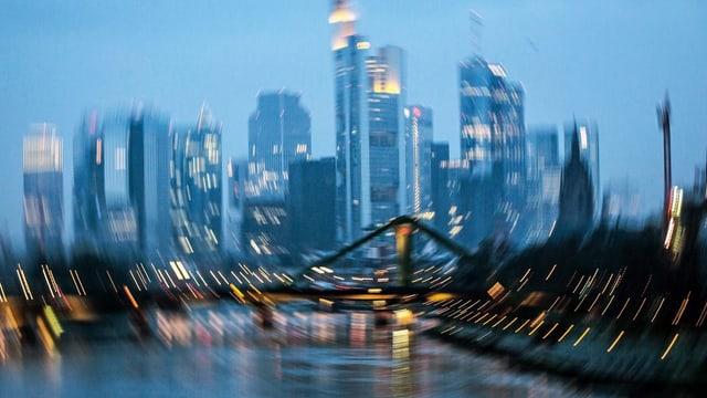 Frankfurt la saira, glischs fotografadas cun ina blenda lunga.