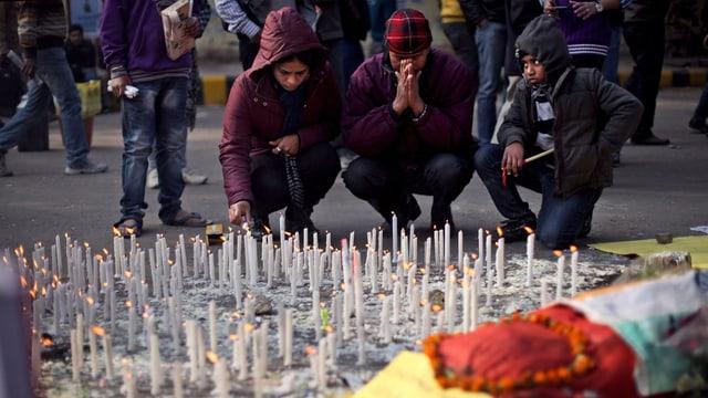 Eine Familie gedenk dem Opfer