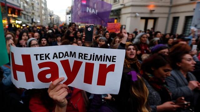 Protesta cun placat cun scrit si Hayir.