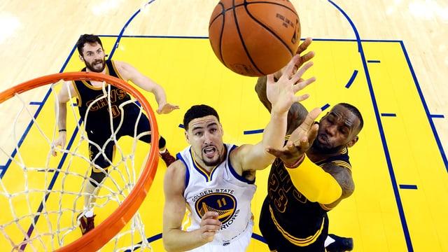 Superstar LeBron James kommt gegen Warriors' Klay Thompson nicht an den Ball.