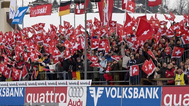 Fans mit Schweizerfahnen.