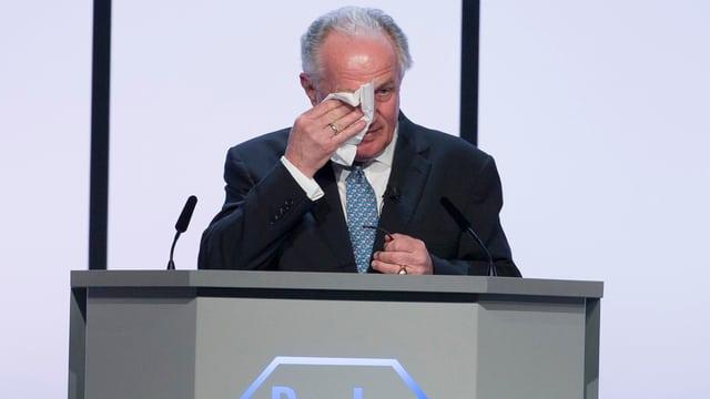 Franz Humer am Rednerpult wischt sich Tränen weg