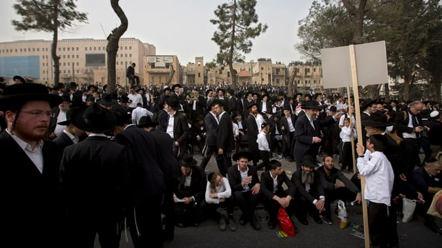 Demonstrierende Juden in Jerusalem.