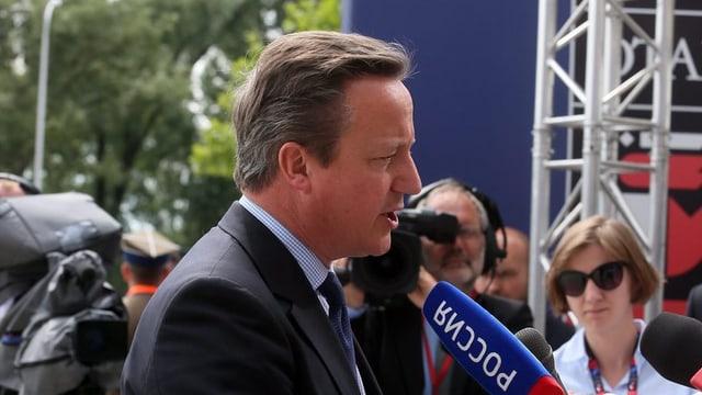 David Cameron discurra a Warschau en in microfon.