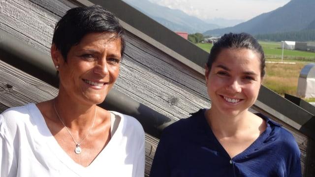 Ladina Simonelli e Selina Bontognali che diregian il chor facultativ da la scola communabla da Samedan.