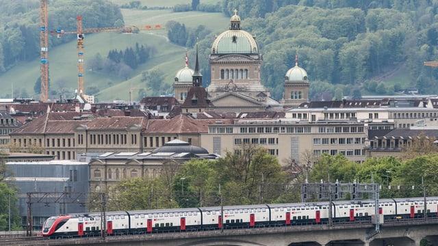 Zug auf einer Brücke in Bern