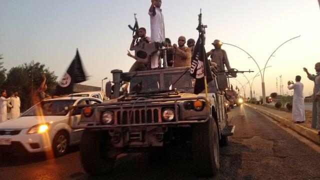 IS-Kämpfer paradieren auf einem Wagen der irakischen Sicherheitskräfte