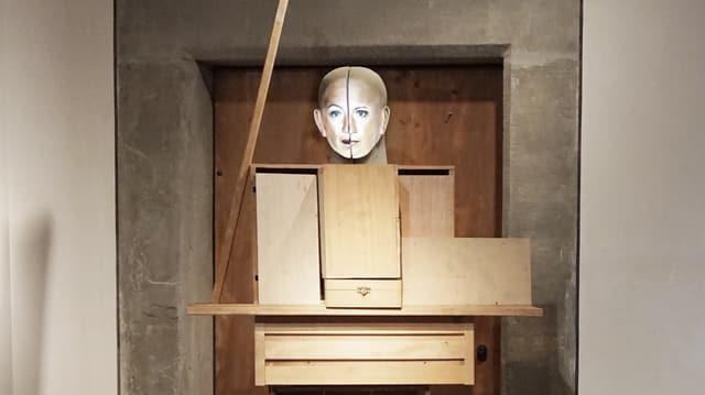 Franziska, 2012, «Kinematografische Skulptur», Video und eine aus Holzkisten gebaute lebensgrosse Figur mit zweigeteiltem Kopf.