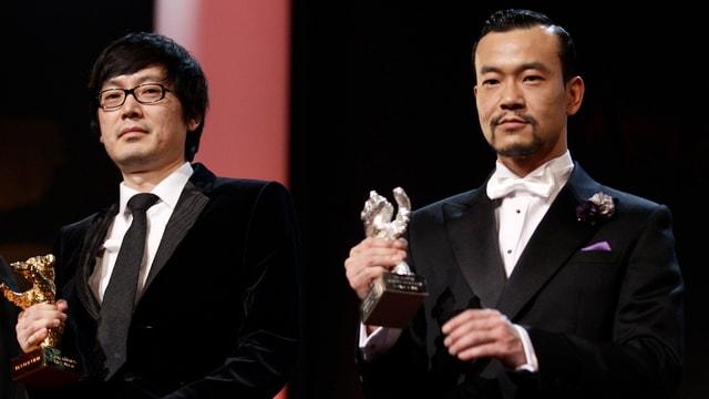 Diao Yinan und Liao Fan halten ihren Preis in den Händen.