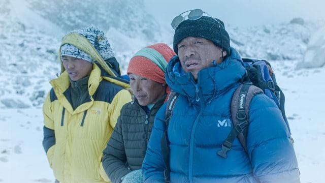 Sherpafamilie inmitten von Eis
