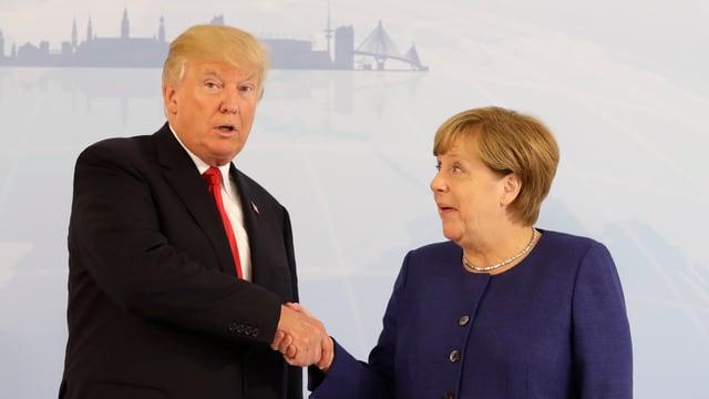 US-Präsident Donald Trump und Bundeskanzlerin Angela Merkel geben sich die Hand