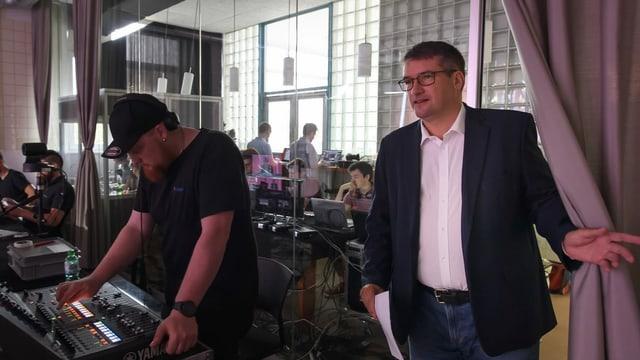 SP-Präsident Christian Levrat steht neben dem Regiepult der difitalen SP-Delegiertenversammlung in Zollikofen.